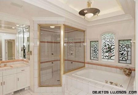 Baños con azulejos blancos de lujo