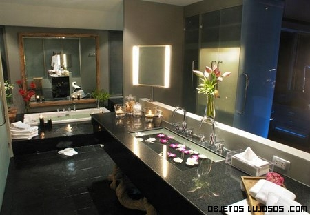 baños contemporáneos con mármol negro