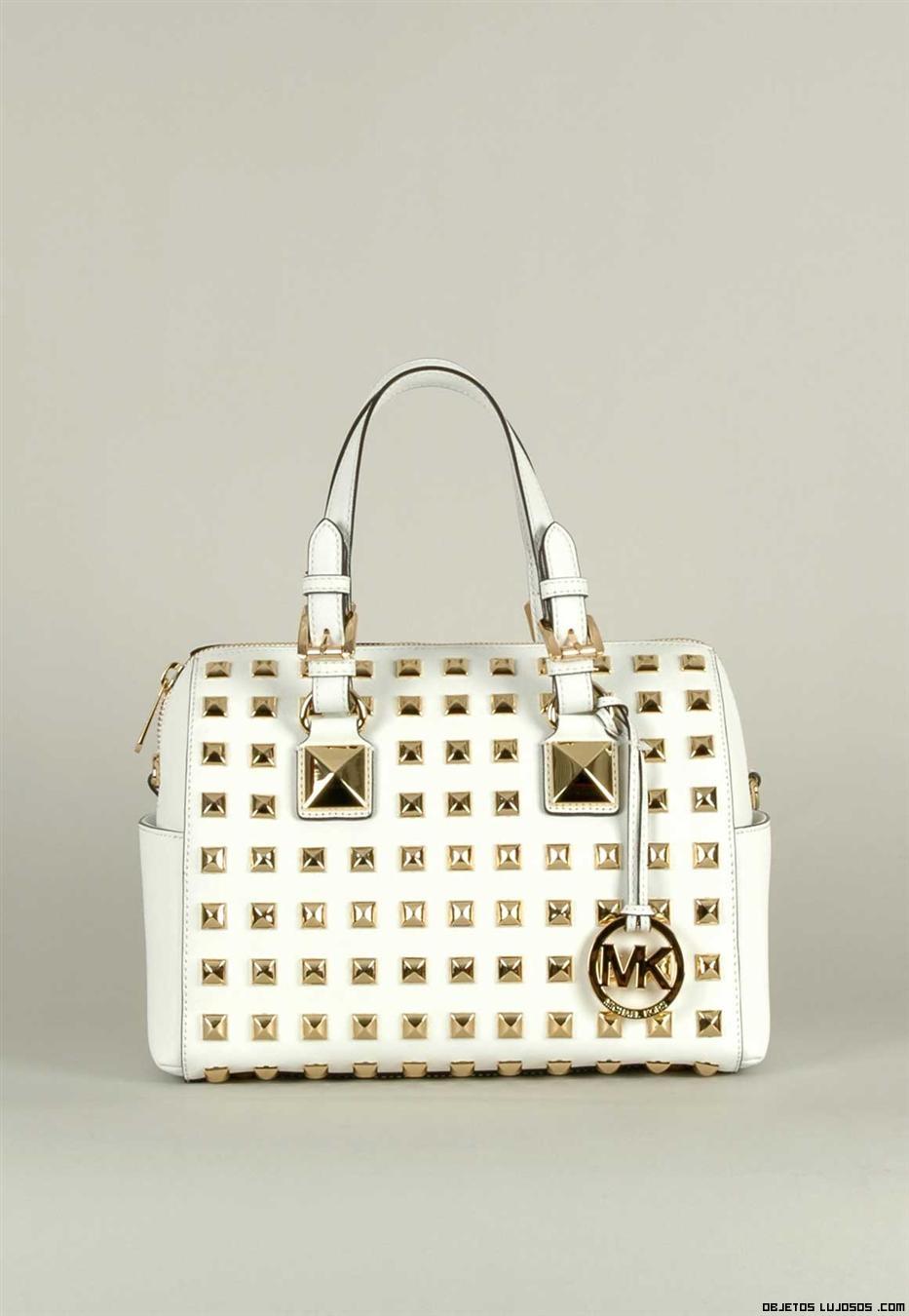 Bolso blanco con tachuelas doradas