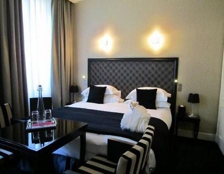 Habitaciones de hotel en colores oscuros