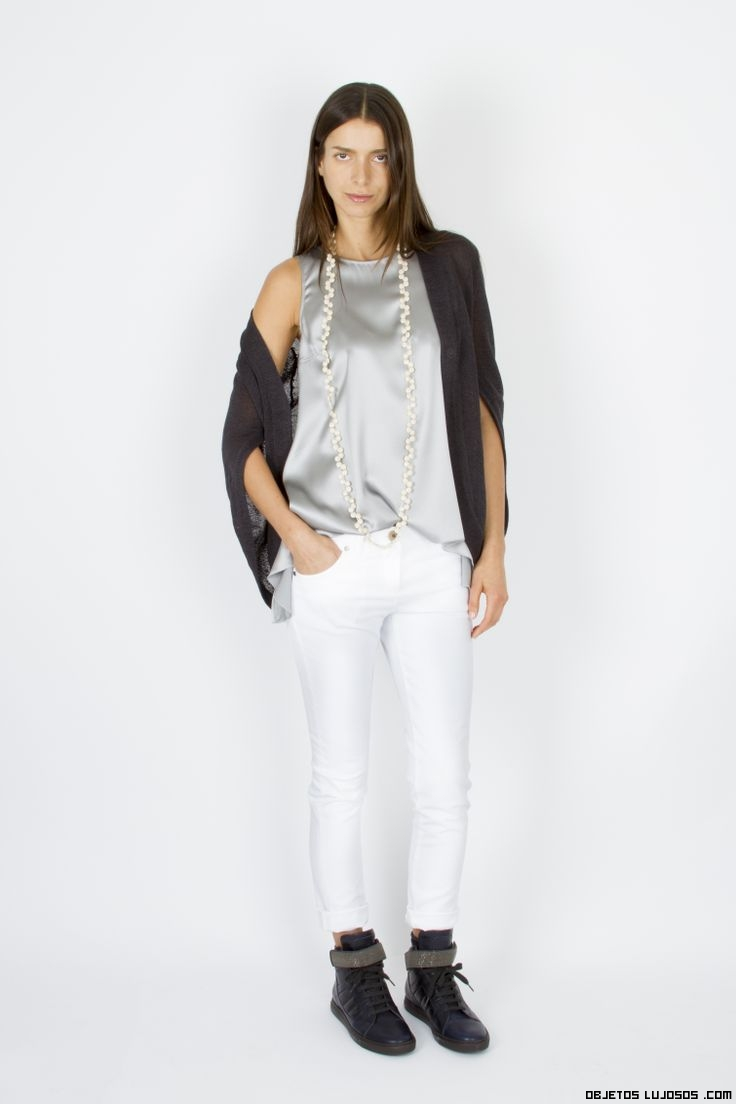 pantalones blancos con blusa de raso