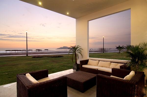 terrazas con muebles en marrón y blanco