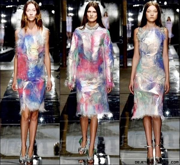 vestidos combinados con plumas