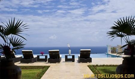 Villa-de-lujo-en-mar-del-caribe-con-piscina-infinita