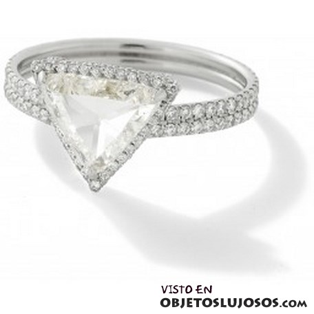 anillo de compromiso con diamante triangular