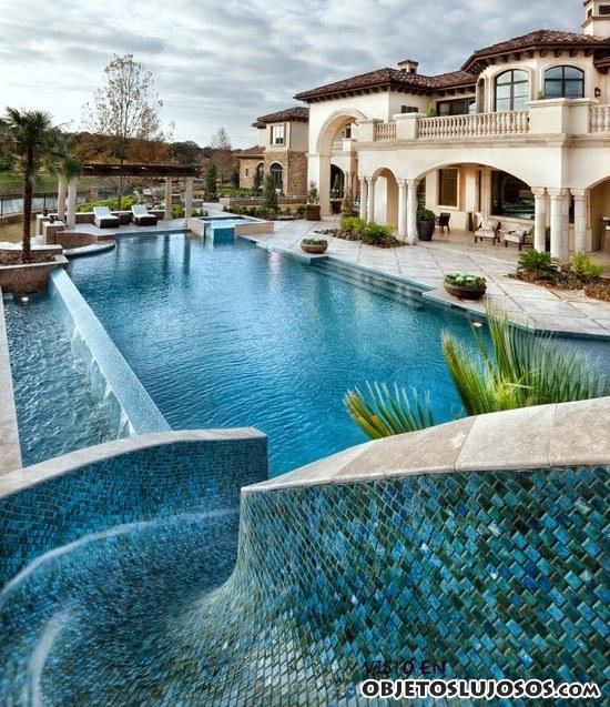 casa con piscina y toboganes