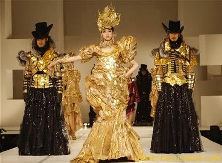 el-vestido-hecho-con-monedas-de-oro-en-japon