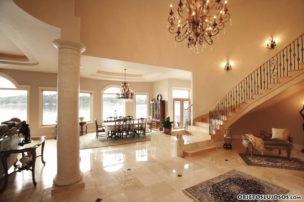 escaleras en interiores de mármol.
