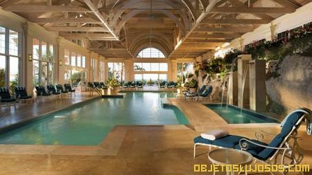 hotel-de-lujo-con-piscina-en-interiores