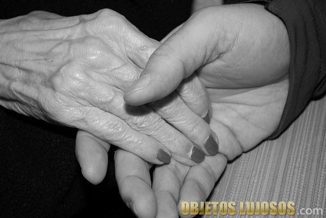 mano joven y anciana