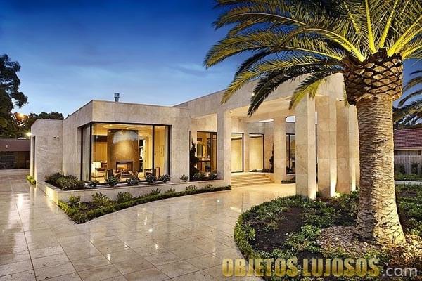 mansión elegante con palmeras