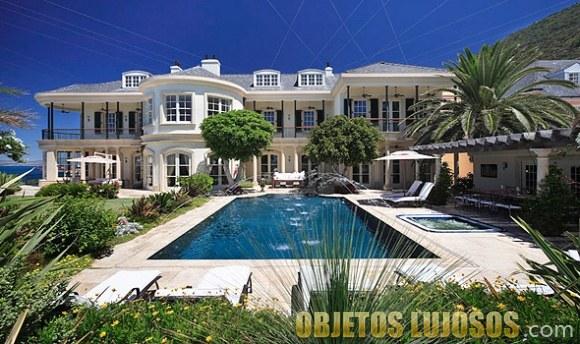 mansión lujosa con piscina rectangular
