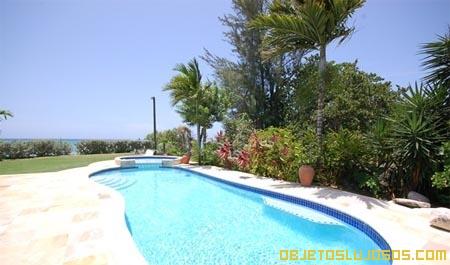 piscina-enorme-en-casa-de-lujo