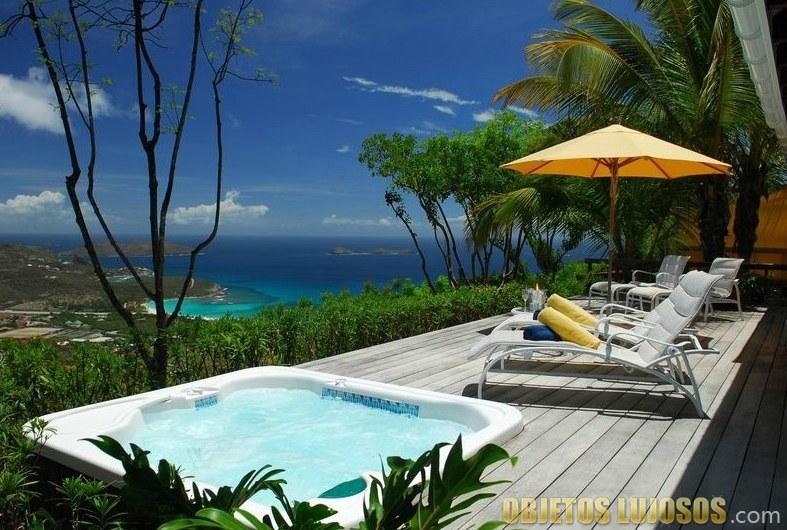 Spa y terraza en casa de Steve Martin