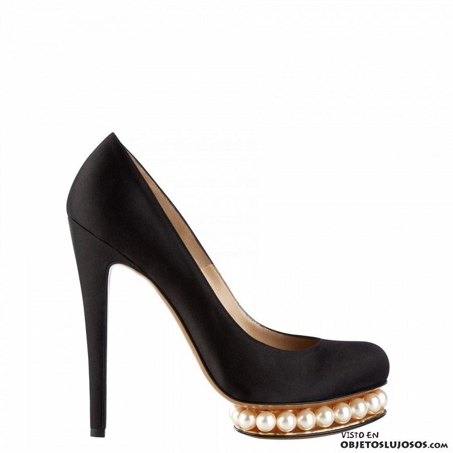 zapatos de tacón con perlas