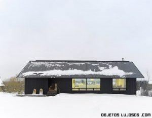 Casa minimalista en la nieve