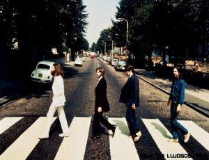 Subastan foto de los Beatles cruzando Abbey Road