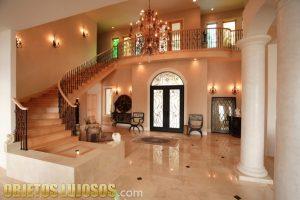 Interiores de casas de lujo muy elegantes