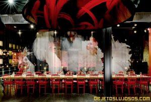 Club de lujo decorado en rojo y negro